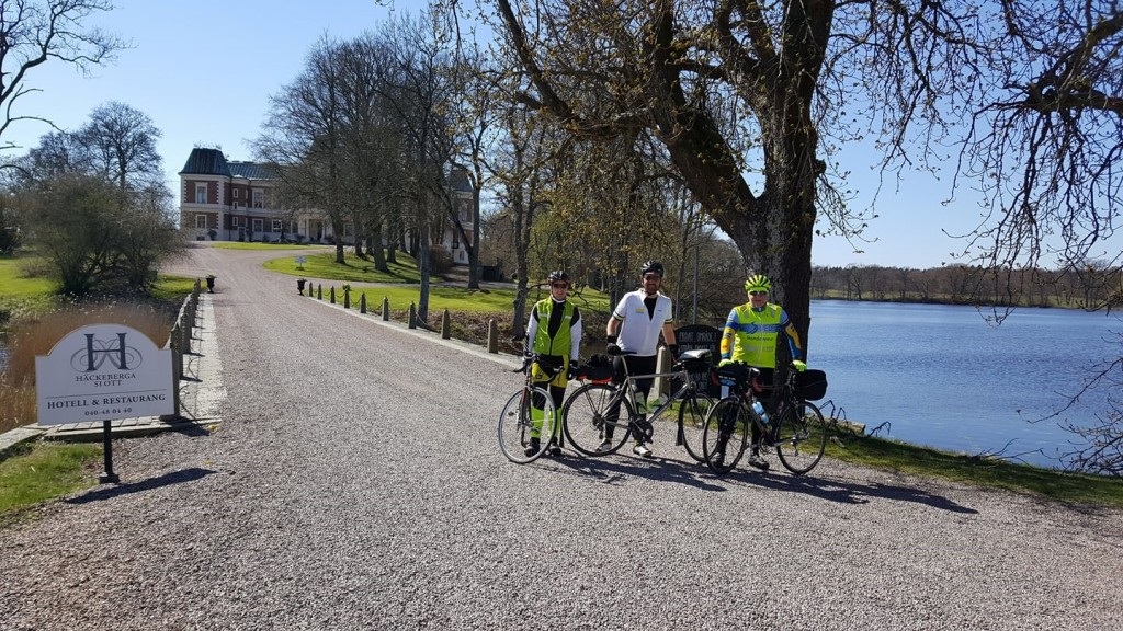 """Sol, vår, vackra slott och en Bege i högform """"Här står vi och häckar i Häckeberga"""""""